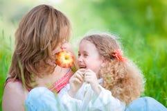 Jonge moeder en haar dochter het eten Stock Foto