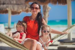 Jonge moeder en haar kleine dochters die rust hebben Royalty-vrije Stock Afbeeldingen