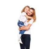 Jonge moeder en haar weinig dochter die op wit wordt geïsoleerd Royalty-vrije Stock Afbeeldingen