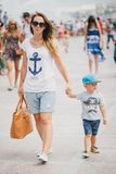 Jonge moeder en haar zoon die in stad lopen Royalty-vrije Stock Foto