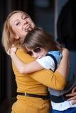 Jonge moeder en haar zoon, omhelzing Stock Foto's