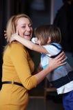 Jonge moeder en haar zoon, omhelzing Royalty-vrije Stock Foto's