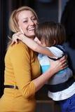 Jonge moeder en haar zoon, omhelzing Stock Fotografie