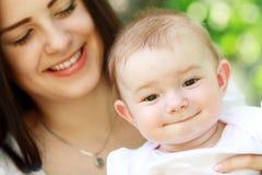 Jonge moeder met baby Royalty-vrije Stock Foto's