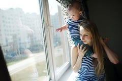 Jonge moeder met baby Stock Foto's