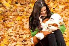 Jonge moeder met baby in park Royalty-vrije Stock Foto's