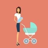 Jonge Moeder met Baby Pasgeboren Kinderwagen Royalty-vrije Stock Fotografie