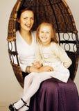 Jonge moeder met dochter thuis wit helder binnenland Royalty-vrije Stock Foto