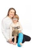 Jonge moeder met haar glimlachende zoon - portret op de vloer royalty-vrije stock afbeeldingen