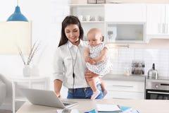 Jonge moeder met haar leuk babymeisje stock foto