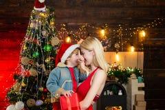 Jonge moeder met haar mooie zoon De tijd van Kerstmis Gelukkige Familie Vector versie in mijn portefeuille stock fotografie