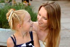 Jonge moeder met haar weinig dochter Stock Afbeeldingen