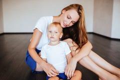 Jonge moeder met haar weinig zoon stock foto's