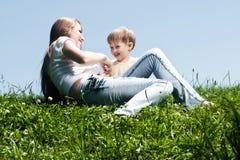 Jonge moeder met haar weinig zoon Royalty-vrije Stock Afbeeldingen