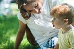 Jonge moeder met haar weinig zoon Stock Foto