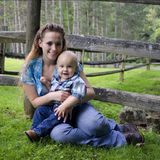 Jonge Moeder met haar Zoon Stock Fotografie