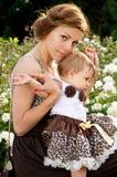 Jonge moeder met kind op gang Royalty-vrije Stock Foto's