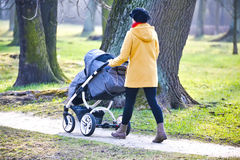 Jonge moeder met kinderwagen Royalty-vrije Stock Fotografie