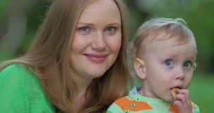 Jonge moeder met leuk weinig kind openlucht stock footage