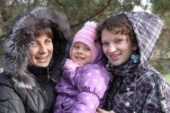 Jonge moeder met twee dochters Stock Afbeeldingen