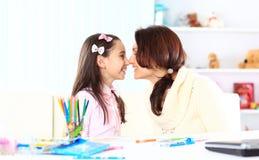 Jonge moeder met weinig dochter Stock Afbeelding