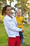 Jonge moeder met weinig jongen Stock Fotografie