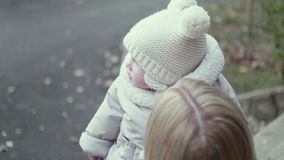 Jonge moeder toenemende baby omhoog stock footage