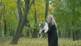Jonge moeder toenemende baby omhoog stock video