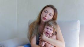 Jonge moeder troostende schreeuwende dochter stock video