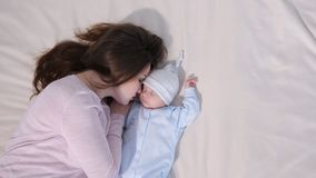 Jonge moederslaap dichtbij baby stock video