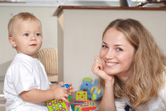 Jonge moederspelen met haar zoon Royalty-vrije Stock Foto's