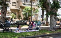 Jonge moederspicknick in Centraal Tel Aviv, Israël 1 royalty-vrije stock foto's