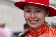 Jonge Mongoolse vrouwen die bij de camera glimlachen stock foto's