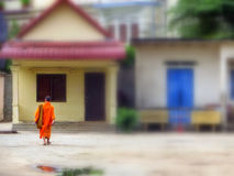 Jonge monnik die naar huis in Chiang Mai Thailand lopen stock afbeeldingen