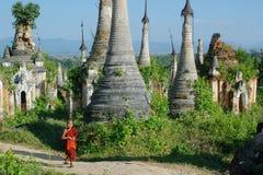 Jonge monnik tussen stupas Royalty-vrije Stock Fotografie