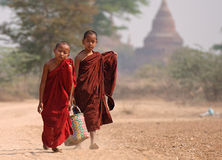 Jonge monniken in Bagan Myanmar Stock Fotografie