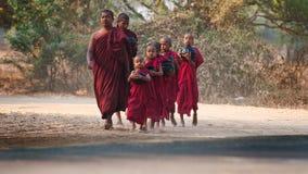Jonge monniken in Bagan Myanmar Stock Foto's