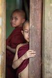 Jonge monniken die uit een venster kijken Royalty-vrije Stock Foto's