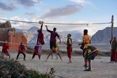 Jonge monniken die volleyball spelen tijdens de vakantie, in de rug van het klooster, op de achtergrond van het Himalayagebergte Royalty-vrije Stock Foto