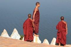 Jonge Monniken over de rivier stock fotografie