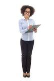 Jonge mooie Afrikaanse Amerikaanse bedrijfsvrouw die somethin schrijven Royalty-vrije Stock Afbeelding