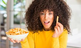 Jonge mooie Afrikaanse Amerikaanse vrouw thuis stock foto