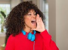 Jonge mooie Afrikaanse Amerikaanse vrouw thuis stock afbeeldingen