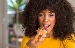 Jonge mooie Afrikaanse Amerikaanse vrouw thuis royalty-vrije stock foto