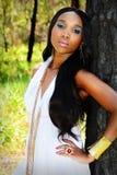 Jonge Mooie Afrikaanse Vrouw die tegen een Boom leunen Royalty-vrije Stock Foto's