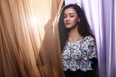 Jonge, mooie Aziatische Midden-Oostenvrouw in nachtclub of bar sm stock foto