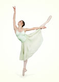 Jonge mooie ballerina op een groene achtergrond Stock Afbeeldingen