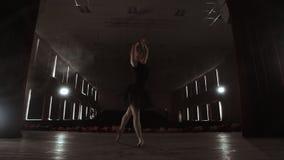 Jonge mooie ballerina op rookstadium het dansen modern ballet Voert Vlotte Bewegingen met Handen uit stock videobeelden