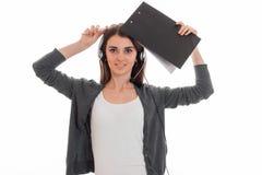 Jonge mooie bedrijfsdame met hoofdtelefoon en microfoon in eenvormig geïsoleerd op witte achtergrond Stock Afbeelding