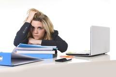 Jonge mooie bedrijfsvrouw die aan spanning lijden die bij het bureaulading van de bureaucomputer werken van administratie Stock Fotografie
